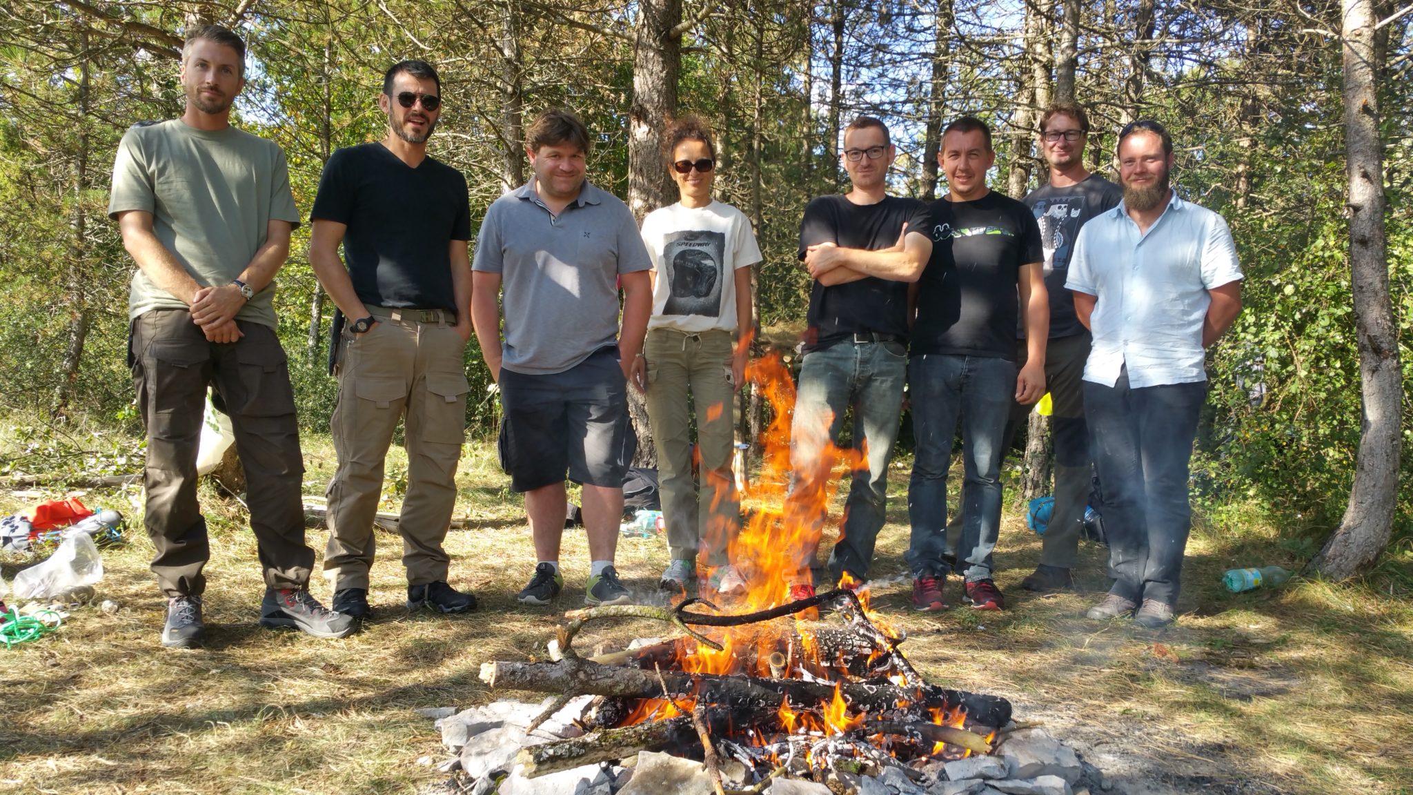 <p>Stage Trappeuren équipe : créer son pack survie, construire un abri, allumer un feu, s'orienter dans la nuit, escalade ou désescalade de nuit…</p>