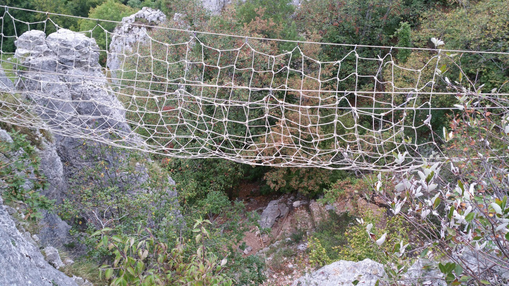 <p>Construction d'un pont en filet en équipe suffisamment solide pour passer d'une falaise à une autre (en totale sécurité bien sûr)</p>